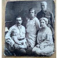 Фото двух военных с семьями. 1928 г. 11.5х13 см