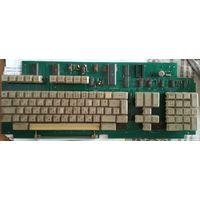 Клавиатура с остатками деталей от старой ЭВМ.