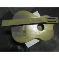 Шестиструнная гитара.  Отсутствует болт для соединения грифа с деками.