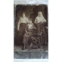 Фото трёх подруг или сестёр.