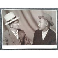 Фото двух мужчин в шляпах. 1940-50-е.  9х13 см.