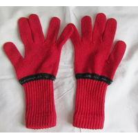 В подарок к купленной одежде .Перчатки красные