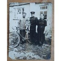 Фото групповое с велосипедом. 1950-е. 8х11 с