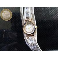 Продам недорого женские кварцевые часики с двойным браслетом.