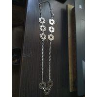 Женское ожерелье из металла.