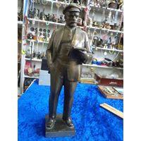 Ленин в кепке, читающий книгу. Скульптор Завалов, 36 см.