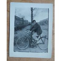 Фото  на велосипеде. 1960-е 5.5х7 см