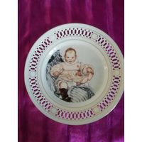 """Фарфоровая тарелка по картине Карла Ларссона """"Эсбьёрн"""" (маленький сын художника) 1900 г. 22 см. Дания."""