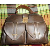 Дамская сумка 60-х - 70-х годов СССР  Сумка-чемодан из кожезаменителя, б/у.  Размеры : ширина 26 см, высота - 19 см, глубина - 13 см. Внутри есть одно отделение. С боку два кармана.  Цена:15 руб.