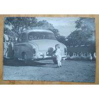 Ребенок и автомобиль. Фото 1960-х. 7х9.5 см.