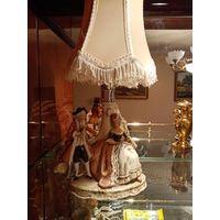 Очень старинная антикварная настольная лампа Графенталь, 30 годы, хорошее состояние, есть один дефект который не бросается в глаза у дамы и её руки, на это и цена снижена. Фарфор, лень красивая лампа