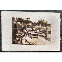 Фото группы солдат за изготовлением школьных парт. 1940-е. 6х8.5 см.