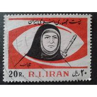 Иран 1981 годовщина Исламской революции, женщина с автоматом