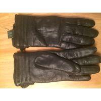 Теплые перчатки из натуральной кожи, размер S (примерно 7), теплые, на утеплителе. Ношены, есть небольшой дефект, изнутри, не виден, легко исправим, показан на фото.