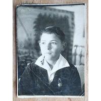 Фото юноши со знаком ОСОАВИАХИМ. 1939 г. 8.5х11.5 см.