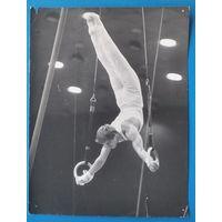 Фото гимнаста. 1970-е. 18х14 см