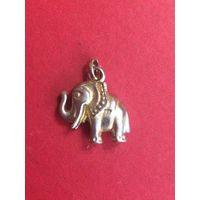 Кулон - слон, размер 3 на 2 см. Очень симпатичный, можно носить как кулон, а можно украсить свой наряд им.