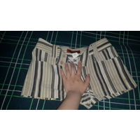 Женские шорты в полоску. 44 размер. Фирма JINLI FASHION. Спереди и сзади по 2 кармана. Застегивается на замок и 2 пуговицы. Можно вставить ремешок