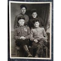Фото группы солдат и сержантов. 1940-е. 8х11 см