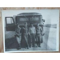 Солдатское фото у автомашины. 1970-80е. 9х12 см