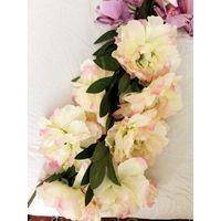 Цветы искусственные Продам цветы искусственные, были б/у 1 раз, стояли на свадебном столе жениха и невесты. Очень реалистичные, хорошего качества исполнения.  1. Ландыши в веточках, общая высота 35см
