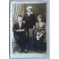 Фото львовской семьи. На память от Мони. Иудаика. 1944 г. 6х9 см.