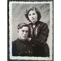 Военный с девушкой. 1940-е. 8 х 11 см. (Новиков)
