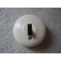 Старый советский выключатель света для открытой проводки.