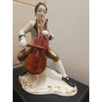 Фарфоровая статуэтка Музыкант. Румынский фарфор. Клеймо