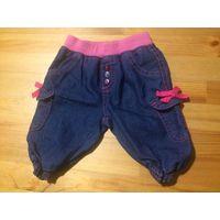 Стильные джинсовые капри на 12 месяцев. Насыщенно синий цвет, ярко-розовые ленточки. Капри очень игривые, можно носить сначала как джинсики, на более ранний возраст. Длина 28 см, ПОталии тянется от 19
