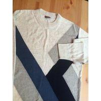 Теплый шерстяной мужской свитер серого цвета на 48+- размер. Отличный состав, 70% шерсть. Длина 70 см, ПОгрули 53 см, длина рукава 62 см. Очень хорошо сидит на фигуре. Состояние бу, хорошее.