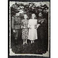 Фото солдат с девушками. 1950-е. 8.5х11см.