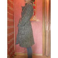 Женское пальто в очень хорошем состоянии. Фирма Koru Style. Пальто высокого качества, без затяжек, потёртостей и дырочек. Заменена только одна верхняя пуговица. Очень элегантное и женственное. Размер