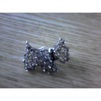 Брошь ажурная металлическая с камнями в виде собачки