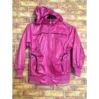 Куртка девичья на рост 140 см, новая. Насыщенно розового цвета, непромокаемый материал. Длина 51 см, длина рукава 47 см, ПОгруди 44 см, низ на резинке. Куртка на подкладке, шнурок можно заменить. Есть