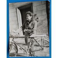 Фото женщины с велосипедом. 9х12 см