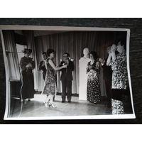 Фото композитора Игоря Лученка в сельском клубе. 13х18 см.