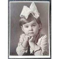 Фото маленькой девочки с бантом.1960-70-е. 11.5х15.5 см
