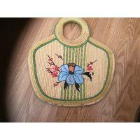 Старая женская сумка плетёная из камыша с вышивкой.