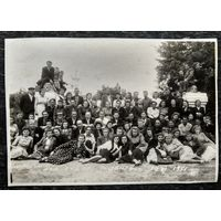 """Групповое фото отдыхающих. Дом отдыха """"Жданович"""". Июнь 1951 г."""