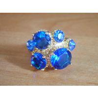 Кольцо с голубыми камнями р.18.75