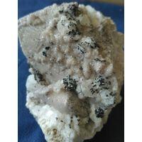 Ильваит,кристаллы присыпкой на кварце и кальците