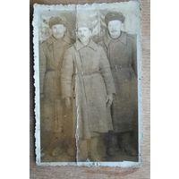 Фото 3-х солдат в зимнем обмундировании. 1946 г. 5.5х8 см