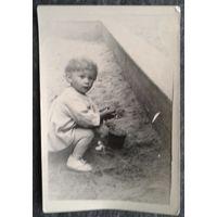 Фото ребенка в песочнице. 1958 г 6.5х9.5 см..