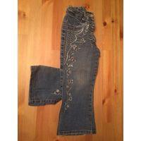 Классные джинсы на 4-5 лет, расшиты красивый вышивкой и пайетками. Длина 54 см, ПОталии тянется на 22-27 см. Отличное состояние.