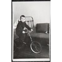 Мальчик на велосипеде. Фото 1956 г. 7.5х12 см