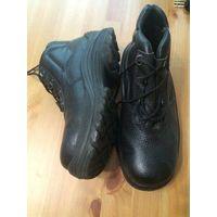 Ботинки рабочие утепленные размер 36, черного цвета. Ботинки из водостойкой натуральной кожи с тиснением. Однослойная полиуретановая подошва литьевого метода крепления.