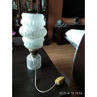 Старая настольная стеклянная лампа с стеклянным плафоном.