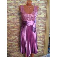 Красивое платье на 44 размер, верх платья украшен пайетками, очень насыщенный и стильный цвет, интересно бликует при тусклом свете. Длина платья 102 см, ПОталии 38-40 см, хорошо тянется. Состояние хор