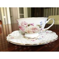 Красивая нежная чашка с блюдцем для чая